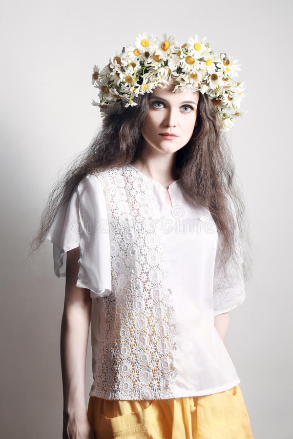 Mujer joven de la moda del verano en la guirnalda blanca de flores fotos de archivo