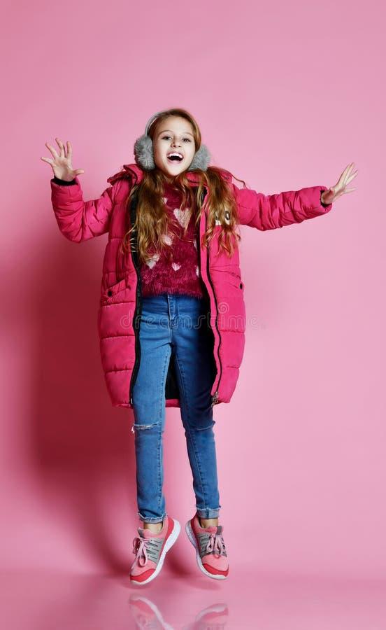 Mujer joven de la moda en violeta corta abajo de la chaqueta fotografía de archivo libre de regalías