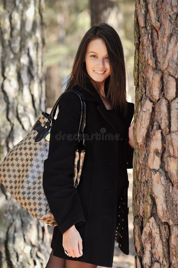 Mujer joven de moda con el bolso imagen de archivo libre de regalías