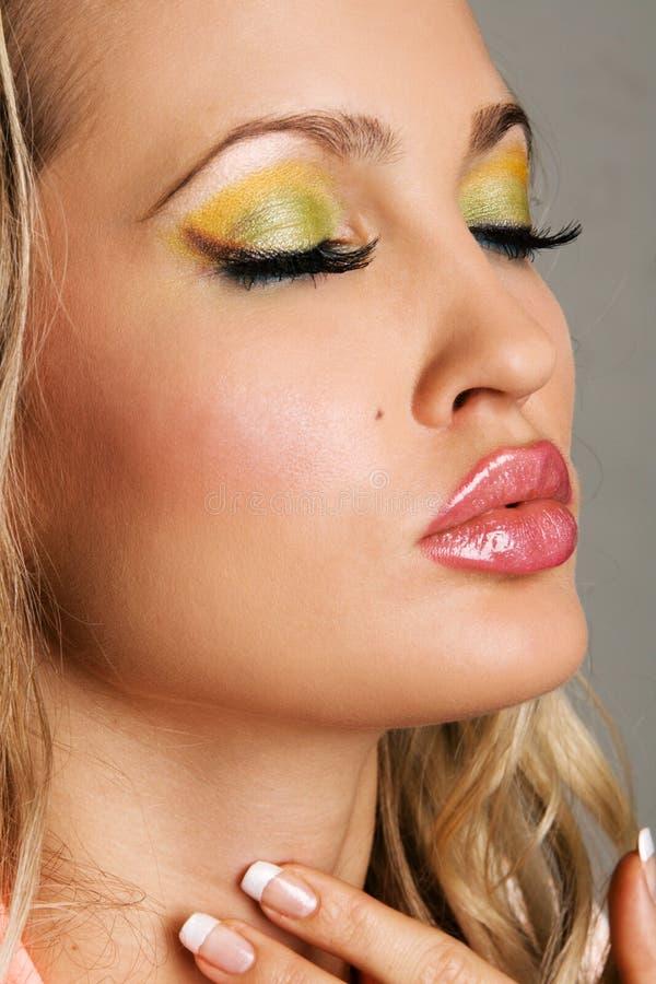 Mujer joven de moda con maquillaje vibrante foto de archivo