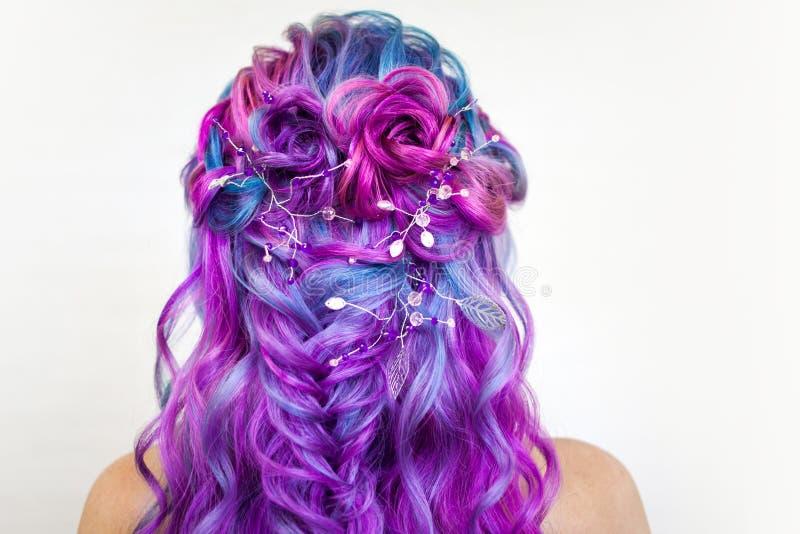 Mujer joven de moda elegante con coloración del cabello brillante, magenta y púrpura fotos de archivo libres de regalías
