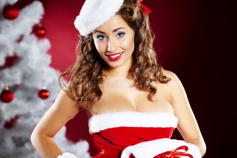 Mujer joven de moda en la ropa de Papá Noel fotos de archivo libres de regalías