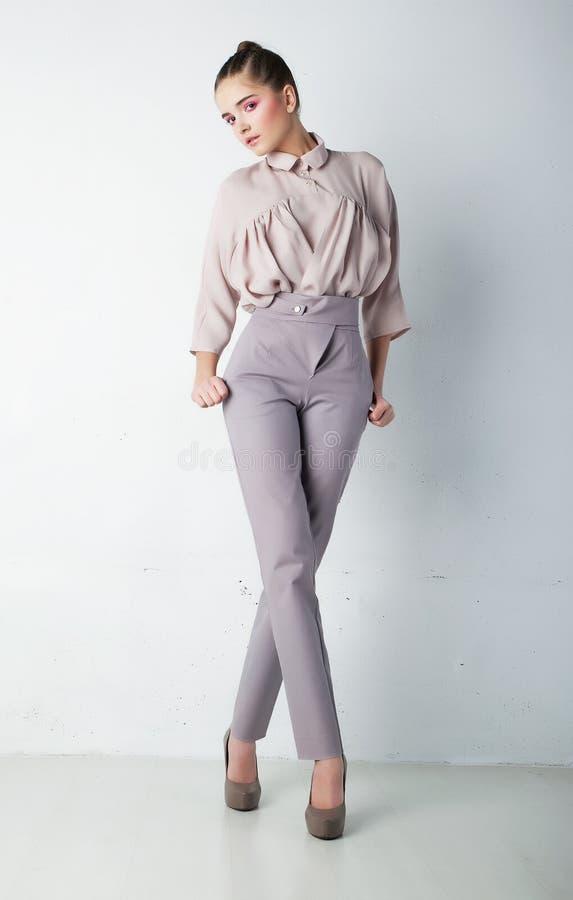 Mujer joven de moda en pantalones y camisa imagen de archivo
