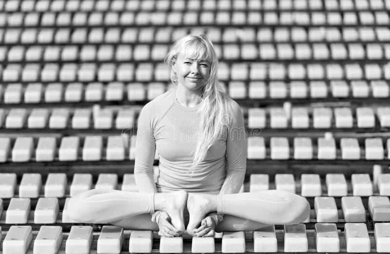 Mujer joven de Preatty que hace asanas de la yoga en el parque imágenes de archivo libres de regalías
