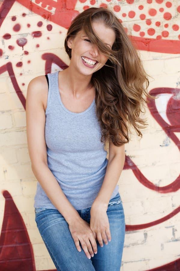 Mujer joven, de risa fotos de archivo libres de regalías