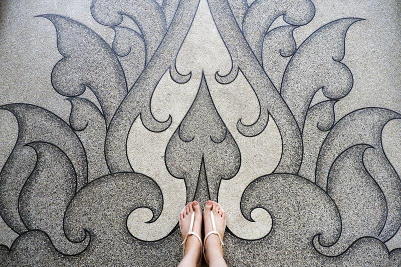 Mujer joven de Selfie de pies en zapatos de la moda en piso concreto La situación hermosa de la muchacha es pie y piernas delgada imagenes de archivo