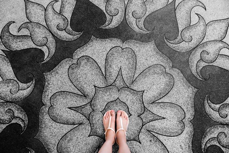 Mujer joven de Selfie de pies en zapatos de la moda en piso concreto La situación hermosa de la muchacha es pie y piernas delgada fotos de archivo