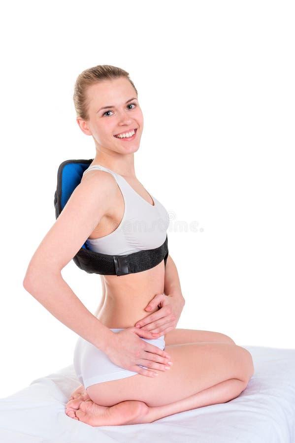 Mujer joven de Smailing que hace masaje con massa vibrante eléctrico imágenes de archivo libres de regalías
