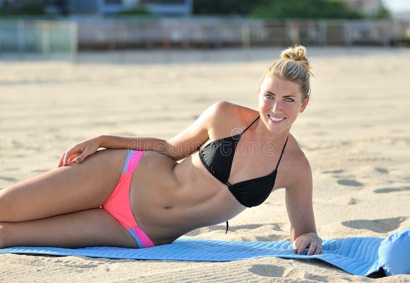 Mujer joven de Stuning en la playa - bikini foto de archivo