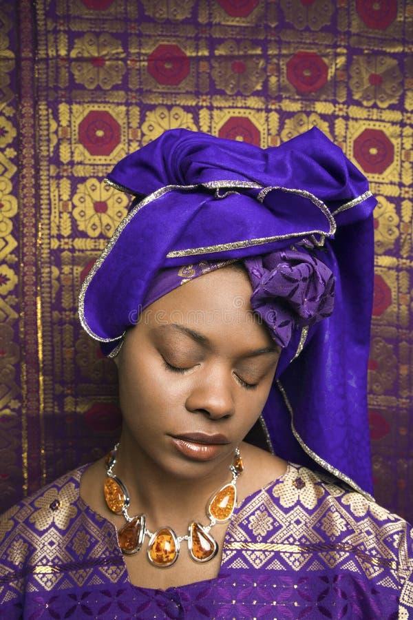 Mujer joven del afroamericano en África tradicional fotografía de archivo libre de regalías