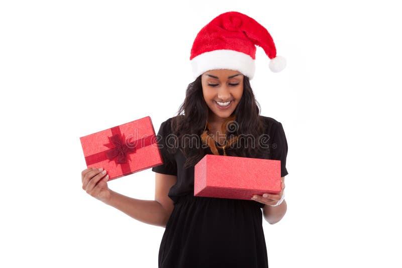 Mujer joven del afroamericano que abre un rectángulo de regalo imagen de archivo libre de regalías