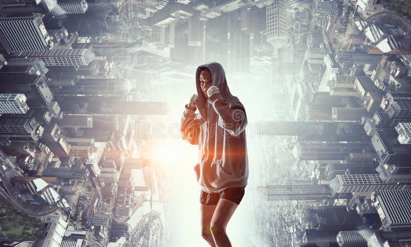 Mujer joven del boxeador lista para luchar Técnicas mixtas imágenes de archivo libres de regalías