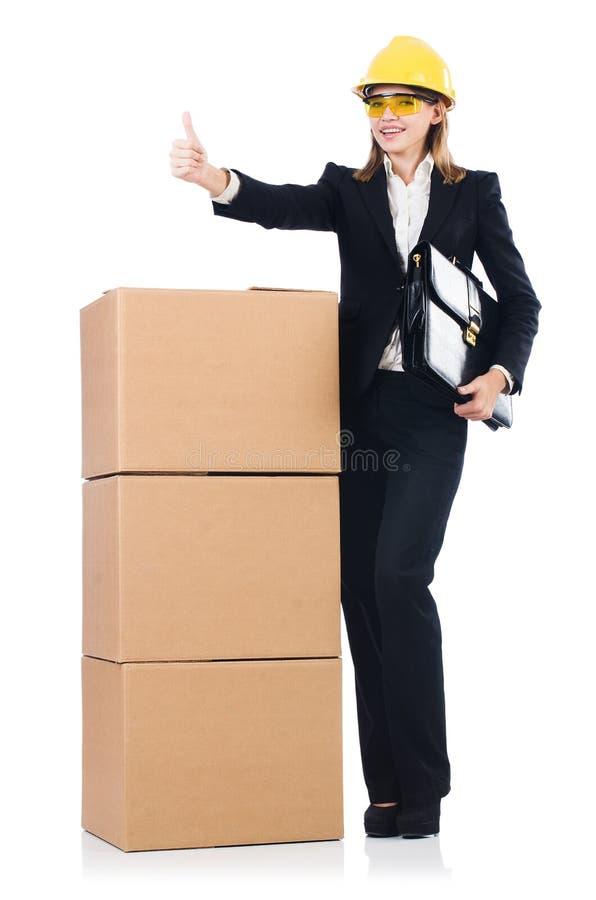 Mujer joven del constructor con las cajas y los bolsos aislados fotografía de archivo