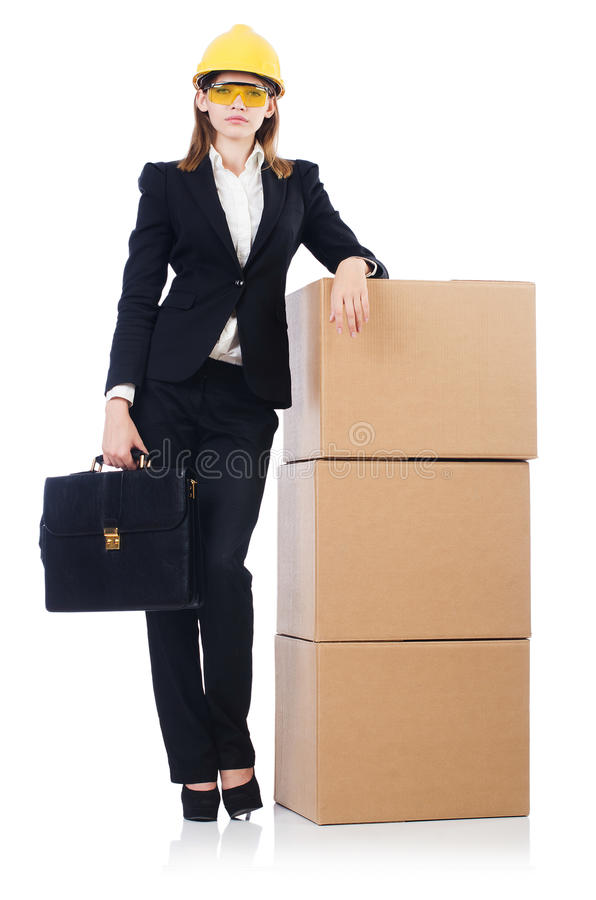 Mujer joven del constructor con las cajas y los bolsos aislados foto de archivo