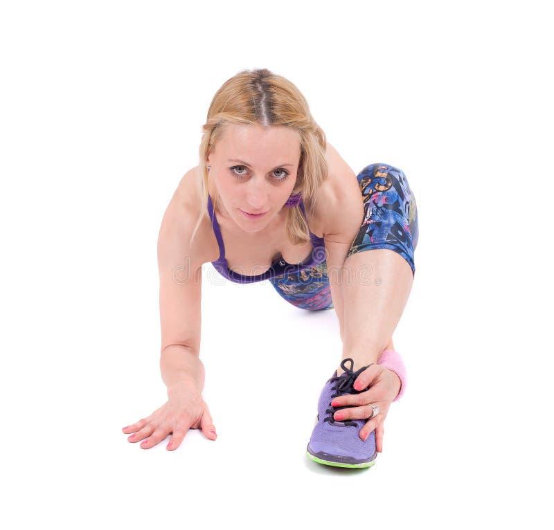 Mujer joven del deporte que hace ejercicio de la aptitud fotografía de archivo