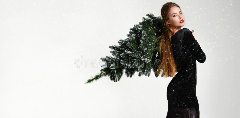 Mujer joven del encanto con la decoración del árbol de navidad del invierno en piel del sombrero de piel imagen de archivo