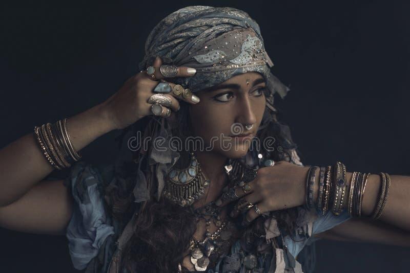 Mujer joven del estilo gitano que lleva el retrato tribal de la joyería fotografía de archivo libre de regalías