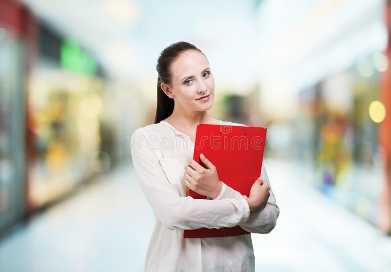 Mujer joven del estudiante con los libros imagen de archivo