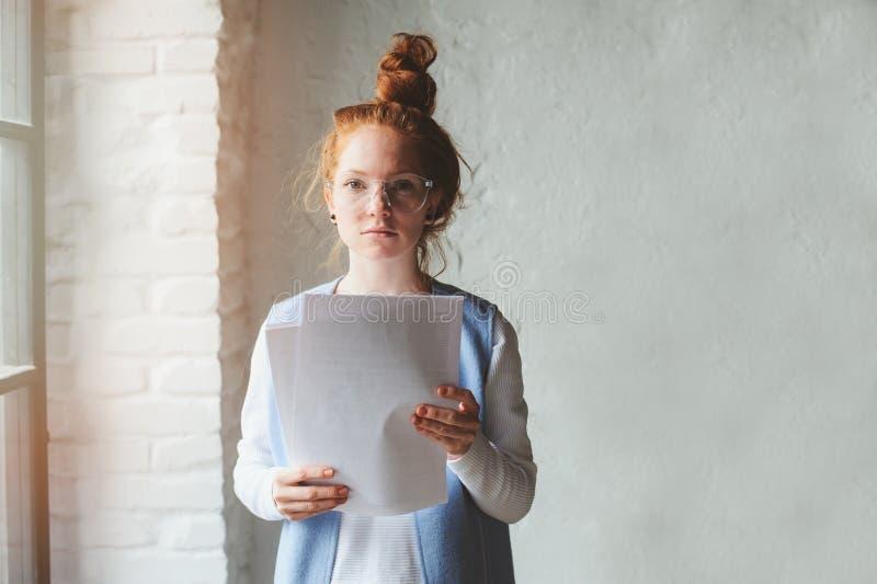 Mujer joven del estudiante del inconformista o diseñador independiente creativo que trabaja en proyecto Llevar a cabo el coursewo imagen de archivo libre de regalías