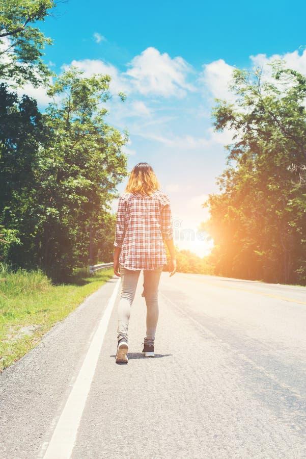Mujer joven del inconformista que se va en el camino lateral solamente fotografía de archivo