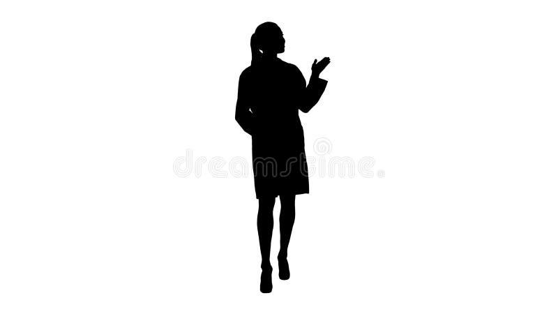 Mujer joven del médico de la silueta que presenta y que muestra el producto o el texto foto de archivo