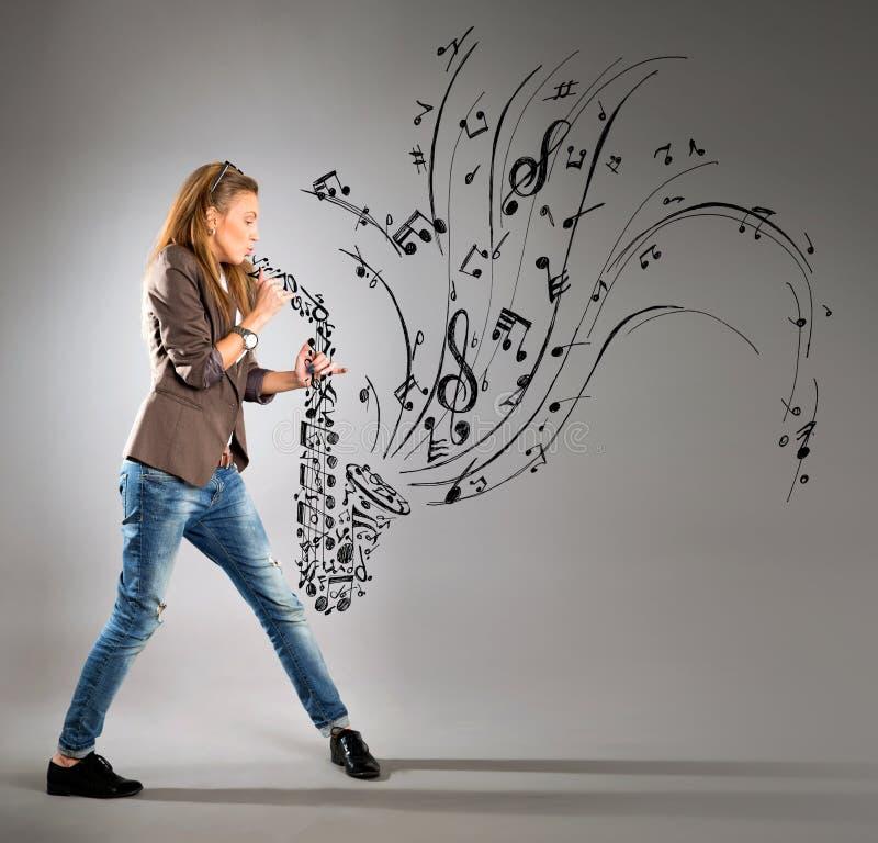 Mujer joven del negocio con el saxofón fotos de archivo libres de regalías