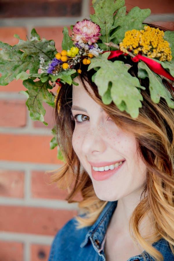 Mujer joven del pelirrojo con la guirnalda de las hojas del roble fotografía de archivo libre de regalías
