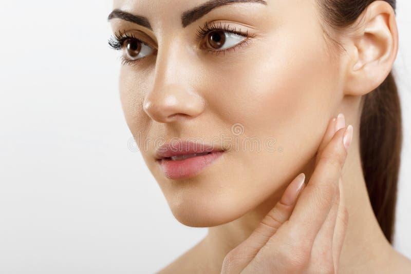 Mujer joven del primer que aplica la crema a su cara Skincare y al concepto de los cosméticos Cosm?ticos Cuidado de piel de la ca fotos de archivo