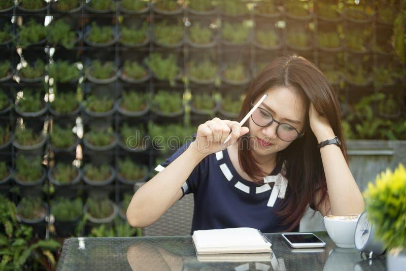 Mujer joven del primer que piensa en oportunidades de negocio imágenes de archivo libres de regalías