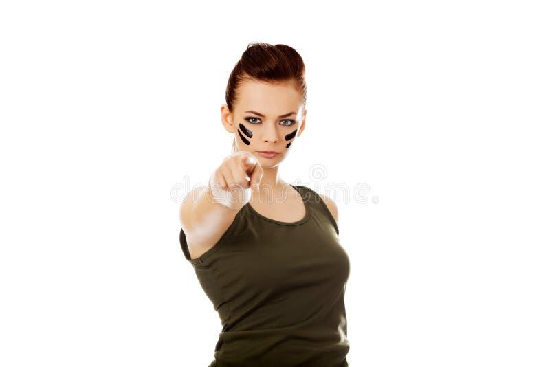 Mujer joven del soldado que señala en la cámara fotografía de archivo