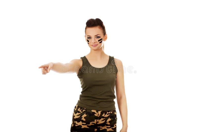 Mujer joven del soldado que señala para algo foto de archivo