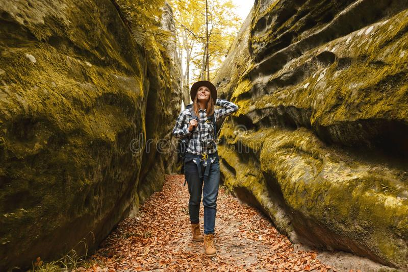 Mujer joven del viaje que camina en barranco foto de archivo libre de regalías