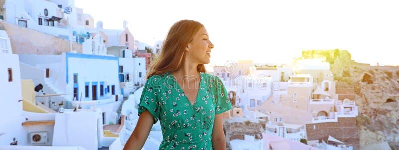 Mujer joven del viajero que visita el pueblo mediterráneo de Oia en el Sa fotos de archivo libres de regalías
