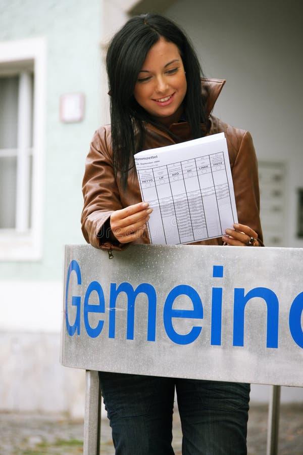 Mujer joven delante de la oficina municipal fotografía de archivo libre de regalías