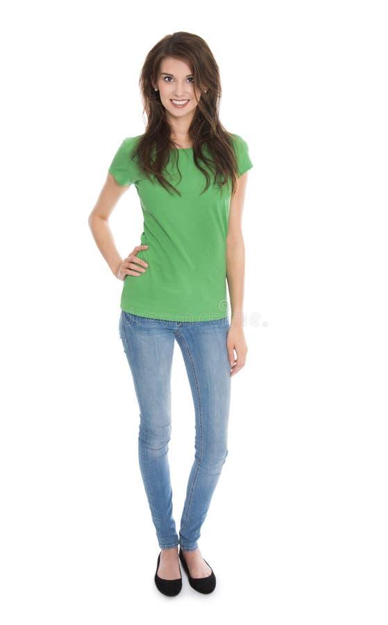 Mujer joven delgada aislada en azul y verde en lanzamiento del cuerpo entero imagen de archivo