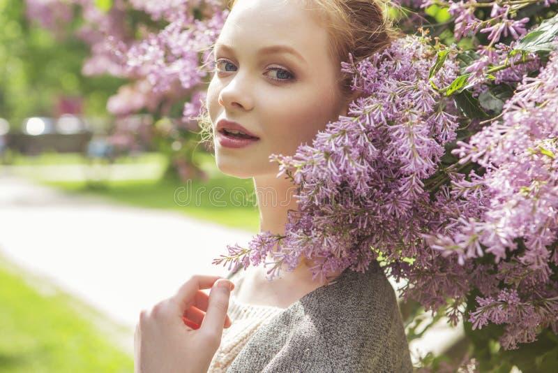 Mujer joven delgada del jengibre rojo hermoso del pelo con la piel fresca en el Ca fotos de archivo