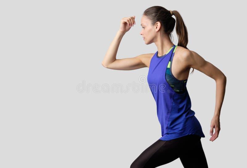 Mujer joven deportiva y apta que hace ejercicio de fitness aislada fotos de archivo libres de regalías