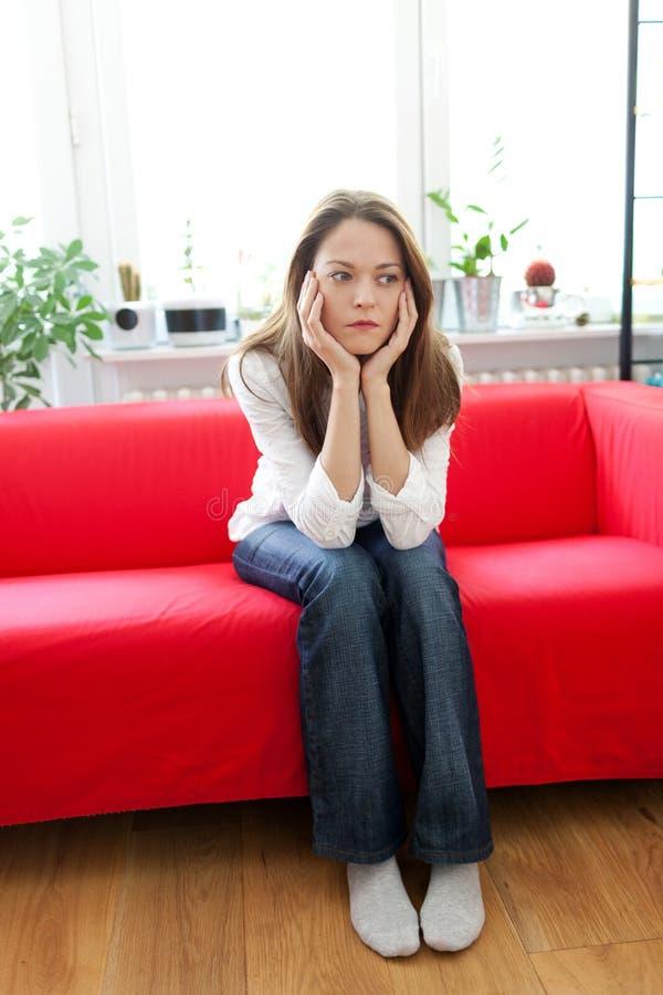 Mujer joven deprimida imágenes de archivo libres de regalías