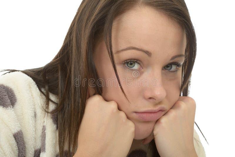 Mujer joven deprimida aburrida desgraciada que siente desmotivada y perezosa imágenes de archivo libres de regalías