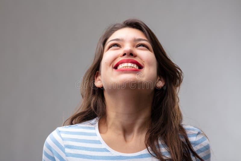 Mujer joven despreocupada feliz con una sonrisa alegre imagen de archivo libre de regalías
