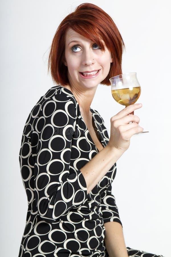 Mujer joven divertida hermosa con el vidrio de vino fotos de archivo