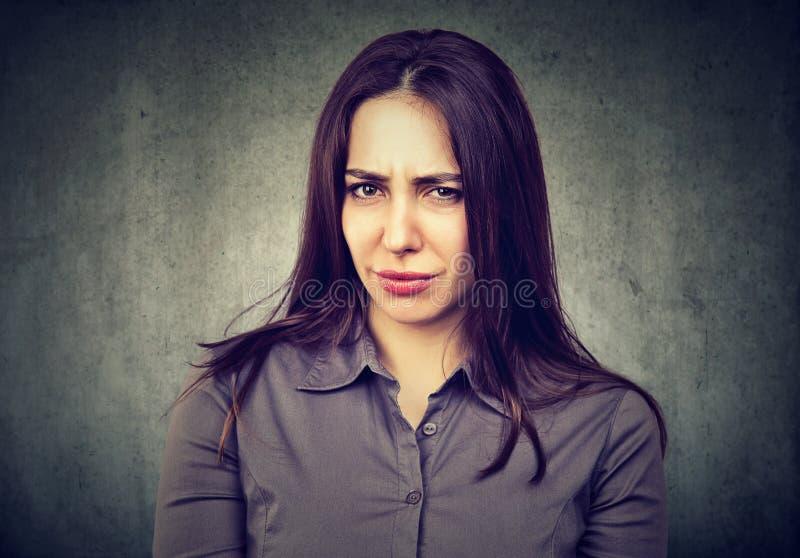Mujer joven dudosa sospechosa fotografía de archivo