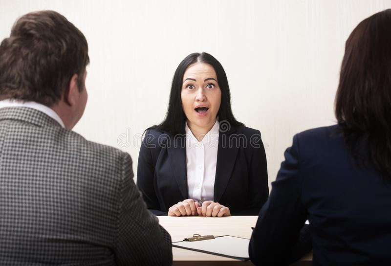 Mujer joven durante entrevista de trabajo y miembros de managemen imagen de archivo libre de regalías