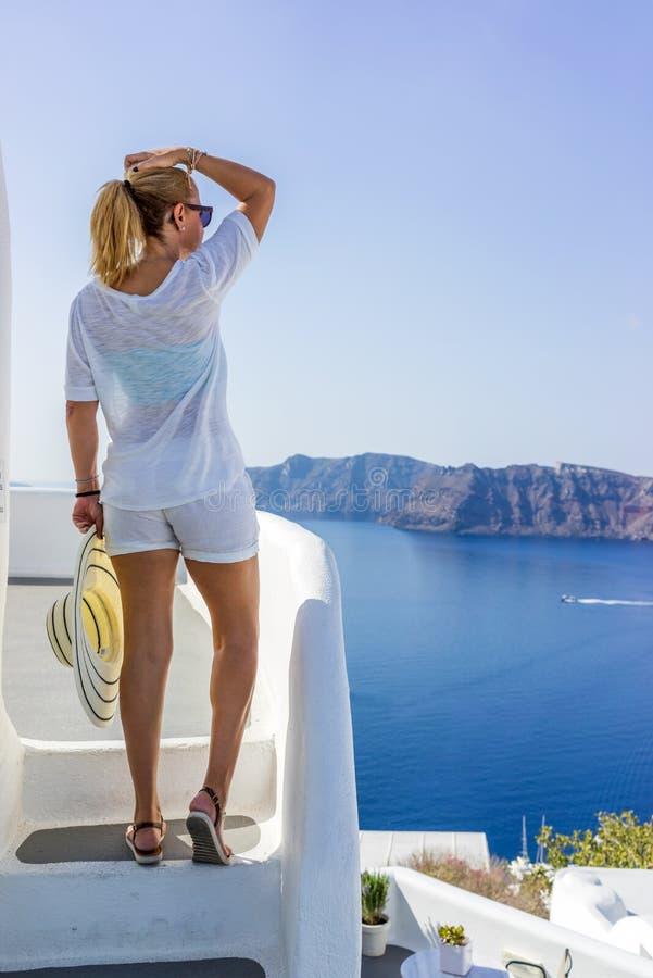 Mujer joven el días de fiesta, ciudad de Santorini Oia imagen de archivo