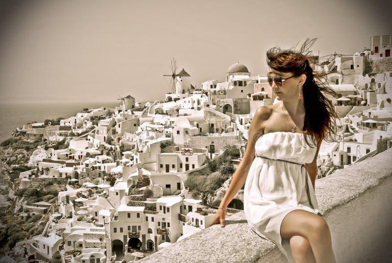 Mujer joven el días de fiesta, Santorini fotos de archivo