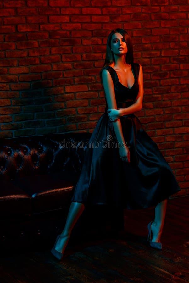 Mujer joven elegante imagen de archivo libre de regalías