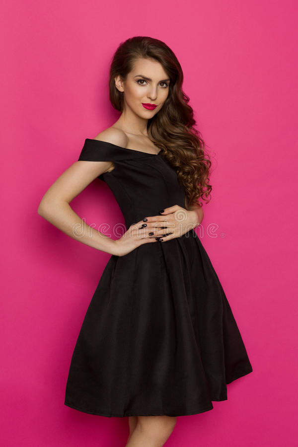 Mujer Joven Elegante Alegre En Vestido De Cóctel Negro Imagen de ...
