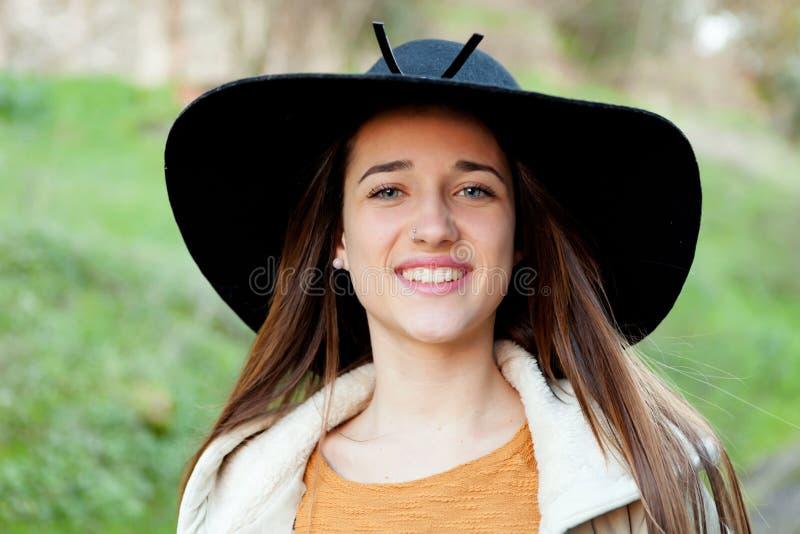 Mujer joven elegante con el sombrero grande foto de archivo