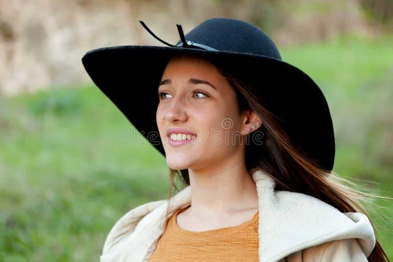Mujer joven elegante con el sombrero grande imagen de archivo libre de regalías