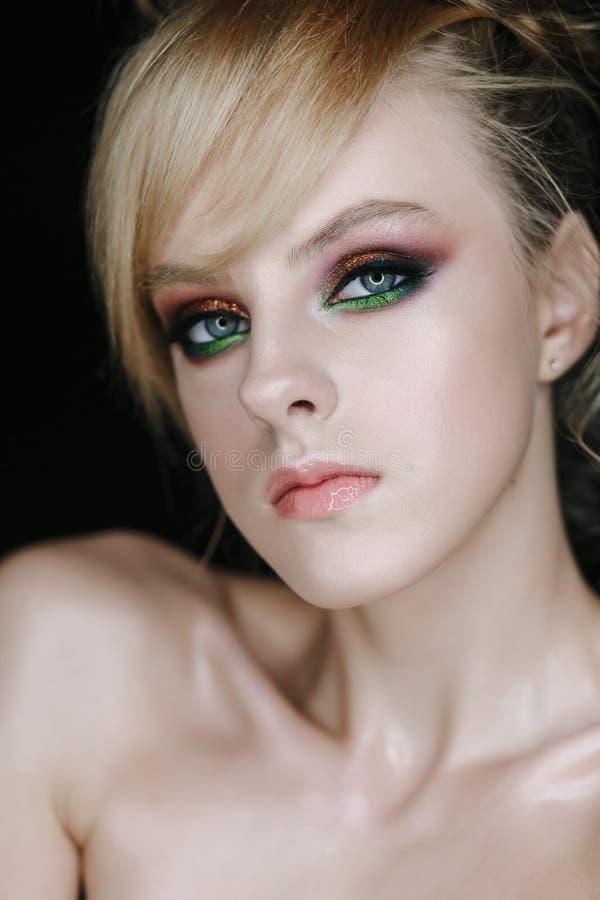 Mujer joven elegante con verde y los ojos de Brown imagenes de archivo